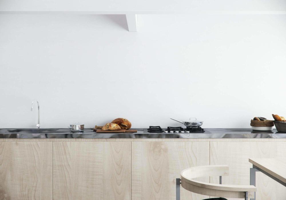 Die high end gerenderte Küche mit 3D Utensilien, wie Croissant, Brötchen und Pfanne.